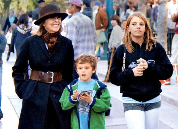 Дайен Китон стала мамой в 50 лет — тогда она удочерила дочку Декстер (справа), а потом усыновила еще и малыша Дюка