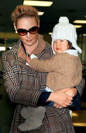 Кэтрин Хайгл удочерила корейскую девочку. Сама Кэтрин воспитывалась вместе с приемной сестрой, тоже из Кореи