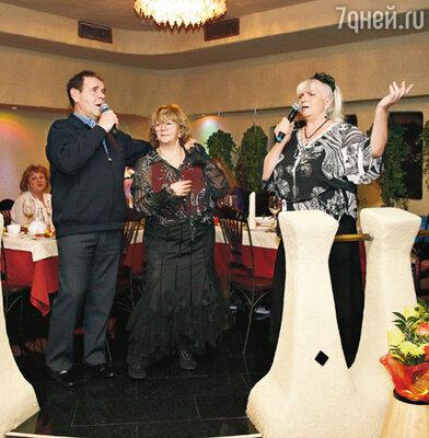 Аллу Сурикову поздравляют Алексей Булдаков и его жена Людмила