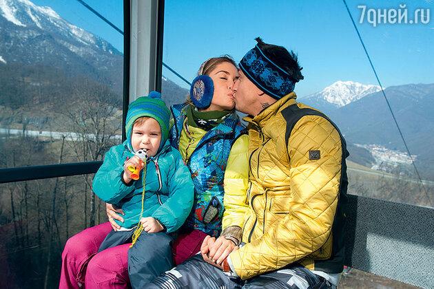 Павел Прилучный с женой и ребенком