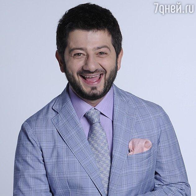 Михаил Галустян подарил Александру Ревве золотой пистолет