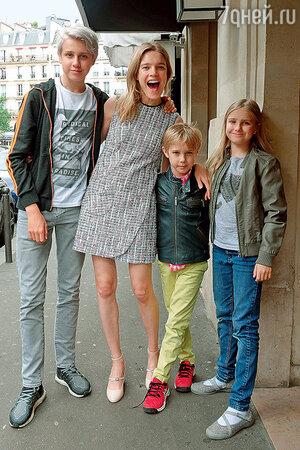 Наталья Водянова с детьми от первого брака Лукасом, Виктором и Невой