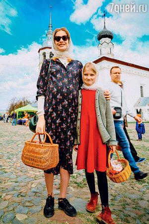 Наталья Водянова с дочерью Невой впоездке в Суздаль
