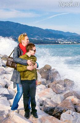 Татьяна и ее сын Степан на берегу океана в Пуэрто-Банусе — самой фешенебельной части Марбельи