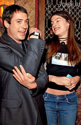 Первая жена ДебораФалконер родила от Дауни сына, но когда актер получил 16месяцев тюремного заключения, подала на развод. 2002 г.