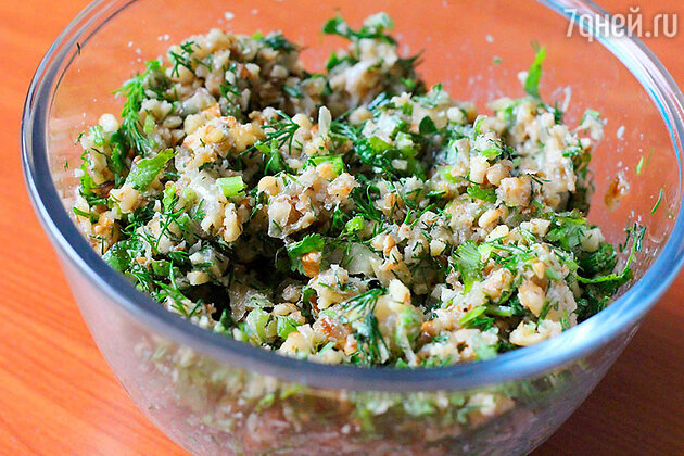 Соединяем в миске орехи, зелень и лук, добавляем соль по вкусу и хорошо перемешиваем. Начинка готова