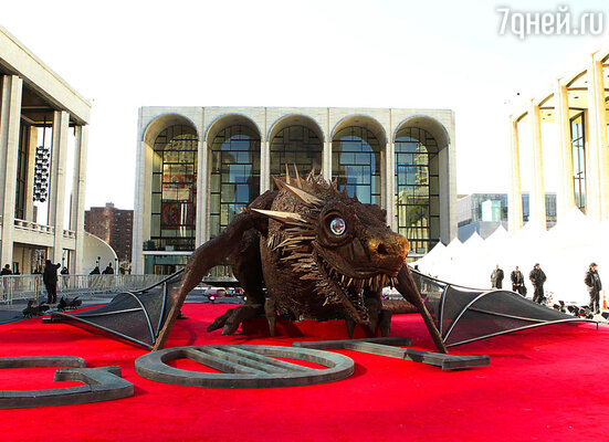 Пройдя по «звездной дорожке», и сделав забавные снимки у огромной фигуры дракона, актеры проследовали в зал, где прошел показ премьерных серий