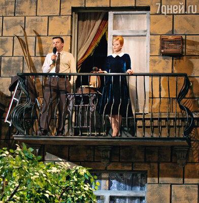 Чтобы ведущие не боялись выходить на балкон, первым испытал на себе его прочность начальник производства декораций
