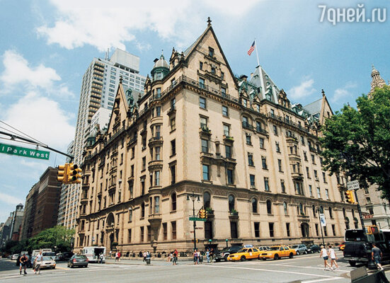 Элегантное в неоготическом стиле здание конца XIX века «Дакота» — дом, где на 7-м этаже жили Джон, Йоко и Шон