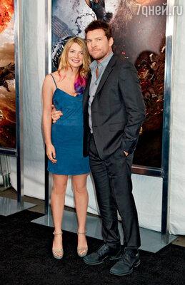 С новой загадочной спутницей Кристал Хамфрис (но в старых, ставших уже знаменитыми башмаках — Сэм носит их с 19 лет) на мировой премьере «Гнева титанов» в Нью-Йорке. 26 марта 2012 г.