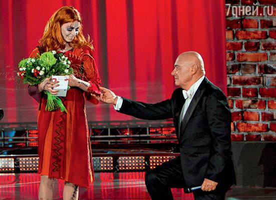 Владимир Познер всячески утешал балерину Екатерину Крысанову, танец которой оценили низкими баллами