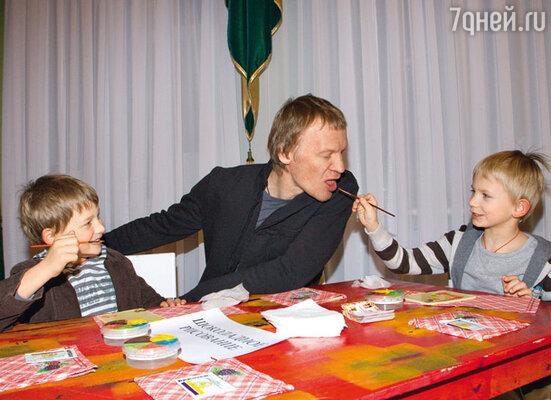 Данила и Степа кормят папу, Алексея Серебрякова, шоколадными красками