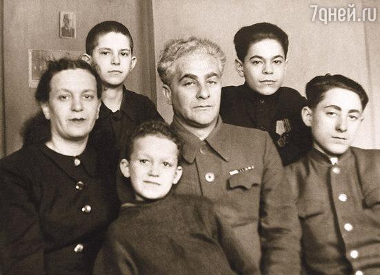 В 1946 году мама вышла замуж за Михаила Михайловича Раппопорта. Я любил своего отчима и называл его не иначе как батя. (Ида Исаевна и Михаил Михайлович с детьми)