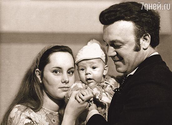 Нелли и Иосиф с первенцем Андрюшей, 1974 г.