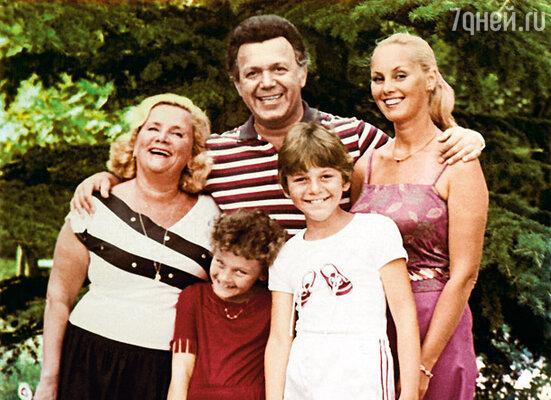 Иосиф всегда дорожил семьей, детьми, домом... (Слева направо: мама Нелли Полина Моисеевна, Иосиф, Нелли с детьми)