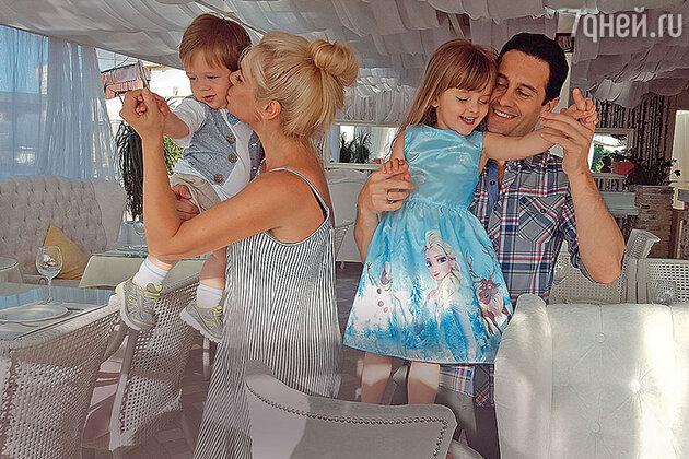 Антон и Виктория Макарские с сыном Ваней и дочкой Машей