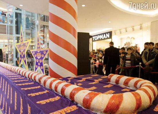 Тысячи людей, собравшиеся ТРК «Vegas», увидели и попробовали самое большое рождественское карамельное изделие в России