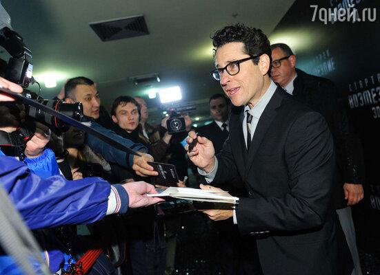 Джей Джей Абрамс раздает поклонникам автографы
