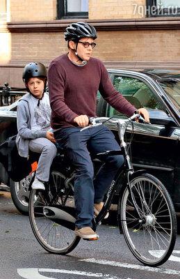 Муж Сары Мэттью Бродерик со старшим сыном Джеймсом Уилки. Нью-Йорк, июнь 2013 г.