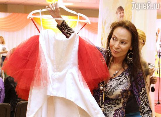 Марина Хлебникова принесла свое платье, коллекционное, которое сделал мастер, в свое время работавший у Юдашкина.