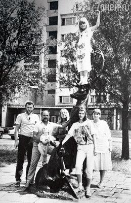 Сзятем Владимиром Ершовым, внуком Ваней, женой Ириной, внучкой Катей, племенницей Адой и дочерью Екатериной. Вовремя гастролей в Омске. 1988 г.