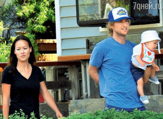 С сыном Робертом Фордом и его матерью Джейд Дуэлл на Гавайях