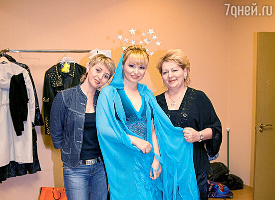 Катю Лель за кулисами поддерживают мама Людмила и сестра Ирина