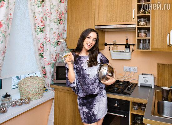 «В предыдущей квартире уменя дажеплиты небыло, а тут япостоянно кручусь на кухне — такая хозяйственная стала!»