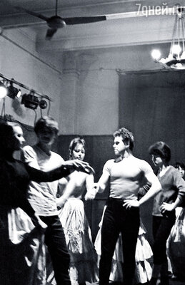 Я был наивный простой парень, пришел в мир театра «от весла», никогда не ходил на спектакли, да и книг особо не читал... (Александр Боровиков на уроке танцев в Школе-студии МХАТ)