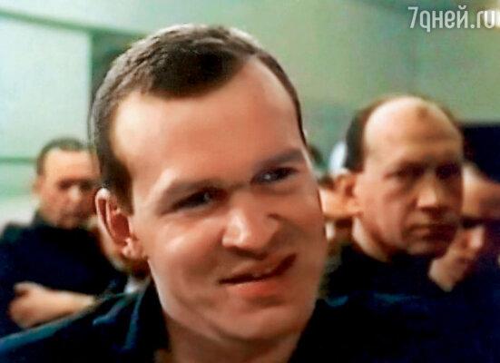 На съемках «Беспредела» зэки продали мне самодельные финки, а потом меня же сдали на КПП. Я мог получить 5 лет тюрьмы. (Кадр из сериала «Беспредел». Александр Боровиков в роли Попа)
