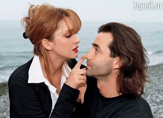 Дроздова и Дима Певцов познакомились на съемках фильма «Прогулка по эшафоту». Сейчас они себя называют «Певчие дрозды»