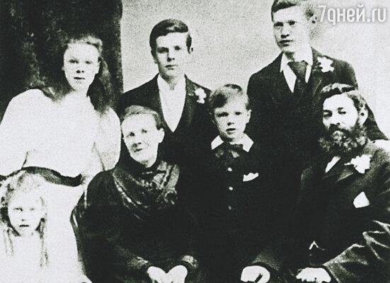 Лидия Лоуренс, мать Дэвида, костьми легла,  чтобы в 13 лет сын не пошел работать на шахту.  На фото: миссис Лоуренс с мужем и детьми Адой,  Эмили, Бертом, Джорджем и Эрнстом