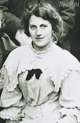 Джесси Чемберс, первая любовь Лоуренса,  отправила его стихи в журнал