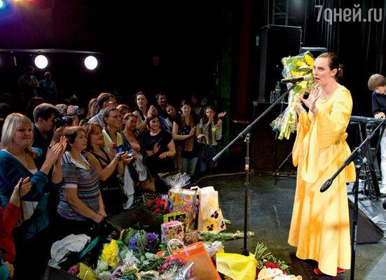 Концерт Елена Ваенга легко может превратить в творческий вечер. Она подробно и с удовольствием отвечает на вопросы из зала, а зрители неустанно дарят любимой певице подарки— игрушки, цветы в горшках и даже целые деревья