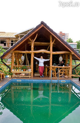 На участке земли под Питером, доставшемся ей в наследство от деда, Ваенга уже построила баню, а рядом строит дом, большой и просторный