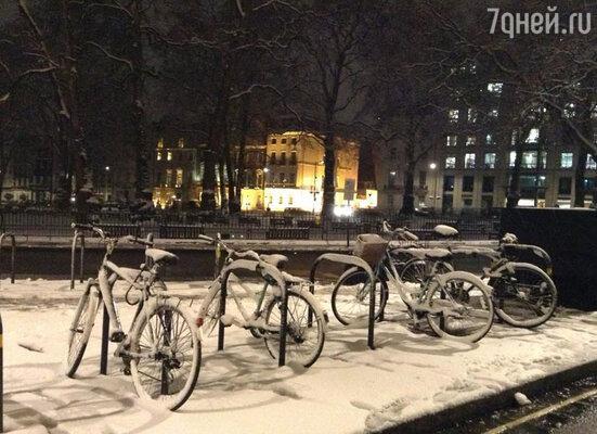 Кстати, несмотря на то, что Катя попала на несвойственную Лондону снежную погоду, она гуляла по городу, фотографируясь на фоне местных достопримечательностей