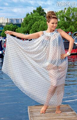 На Анне пляжное платье «ЭММА САЛИМОВА», браслет, серьги и кольцо TOUS