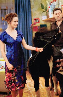 Молодая ведьма Надя (Анна Здор) часто ненароком превращает окружающих в животных..