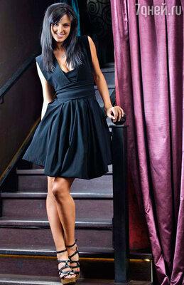 «Маленькое черное платье я купила в Киеве во время шопинга. Когда я его надела, то почувствовала себя Алисой в Стране чудес, наверное, из-за того, что оно сверху такое облегающее, а внизу пышная юбка делает образ воздушным и игривым».