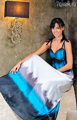 Так, по мнению юной актрисы и «Мисс Россия 2010», ее любимое бирюзовое платье будет в тренде еще не один сезон, а его свободный крой скроет все, что надо.