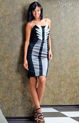 «Это платье не кричит: «Посмотрите на меня!», а просто говорит: «Обратите внимание». Интересный орнамент в центре придает некую пикантность».