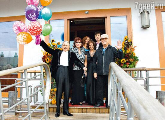 Евгений Петросян с женой Еленой Степаненко, дочкой Викторией и Владимиром Винокуром. На заднем плане — Геннадий Ветров и его супруга Карина
