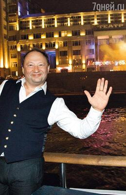 Юрий Гальцев на фоне фейерверка в честь Петросяна
