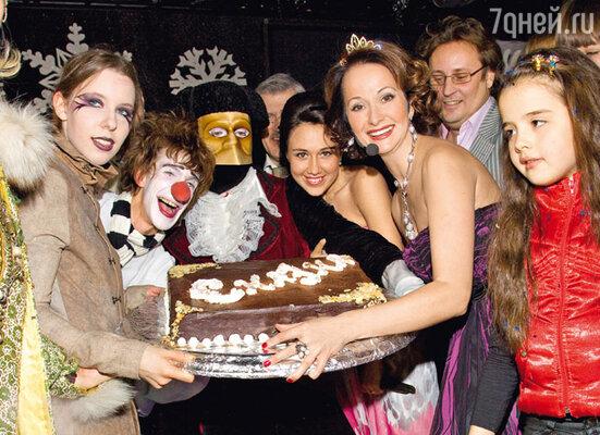 Президент фестиваля Ольга Кабо со «сказочным» тортом