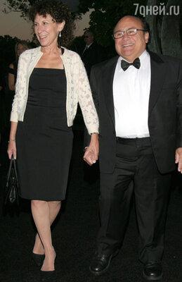 Денни влюбился в Рею Перлман, их роман развивался стремительно. Денни Де Вито с женой