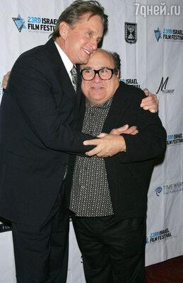 Майкл Дуглас и Денни Де Вито сразу же понравились друг другу и крепко сдружились. Они делили выпивку, косяки и девчонок