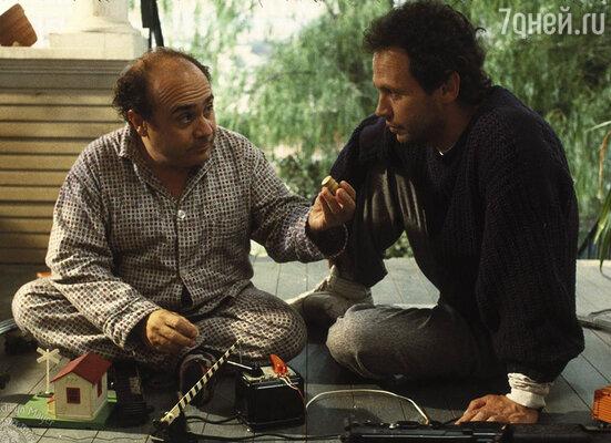 Именитый продюсер, раскрученный артист, «душка» Денни никогда не получал отказа от молодых актрис. Кадр из фильма «Сбрось маму с поезда», 1987 г.
