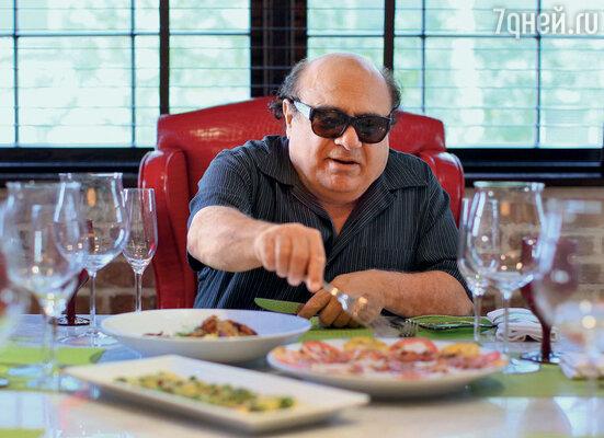 Денни открыл в Майами собственный ресторан South Beach, где каждому посетителю приносят довольно внушительный счет, но зато с личным автографом Де Вито