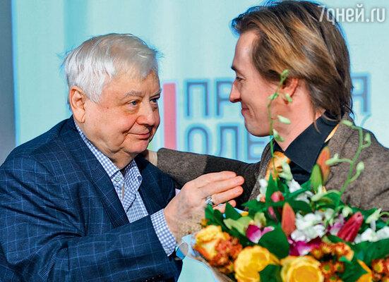Когда  Безруков написал заявление об уходе из «Табакерки», Олег Табаков обнял его  по-отечески и напутствовал: «Держись, Серега!»