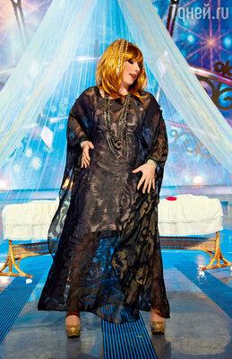 Елена Воробей в образе Аллы Пугачевой поет колыбельную для ее близнецов Елизаветы и Гарри